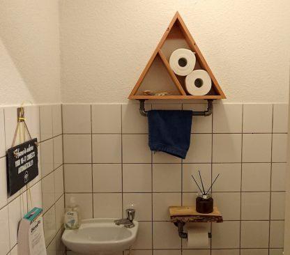 Driehoek kastje industriële look met handdoekhanger van buismateriaal en toiletrolhouder